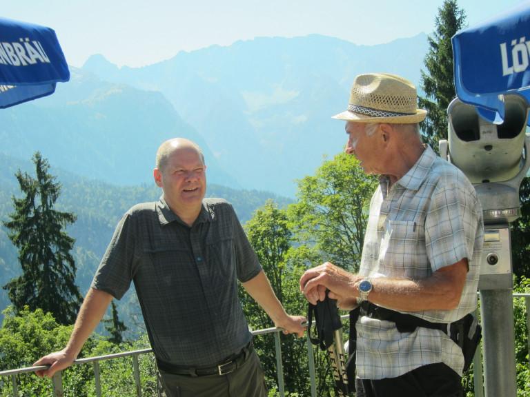 SPD 2015-08-15 Dieter u Olaf Berggasthof Eckbauer oberhalb Garmisch-Partenkirchen Bergwanderung Links bergauf Hintergrund Wettersteingebirge